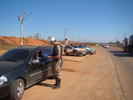 Polícia Militar Rodoviária distribui cartilhas orientando os motorista a respeito do extintor ABC