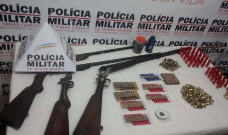 Em todo Estado foram apreendidas diversas armas, drogas, dinheiro.  Na foto: armas e munição apreendidas pela PM durante a operação  em Lavras.