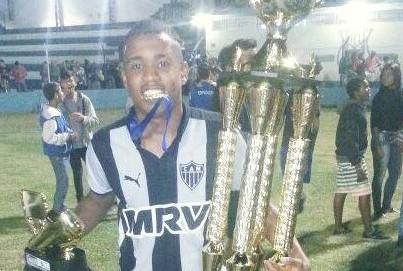 Alerrandro com os dois troféus o deCampeão Sub-15 pelo Atlético e o de Artilheiro. Foto: Facebook