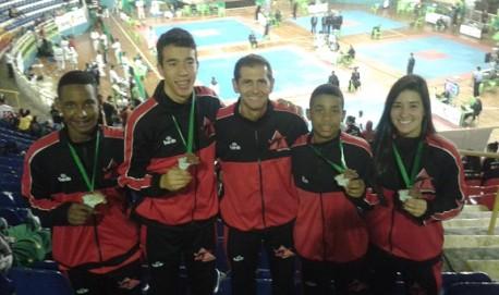 Esquerda para Direita: Matheus Dias (Campeão Brasileiro), David Eduardo (Medalha de Bronze), Mestre Valdeci Zampieri (Técnico da Seleção Mineira), Octávio Henrique (Bronze) e Thallita Fabrino Salles (Bronze).