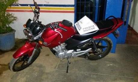 Motocicleta foi rapidamente recuperada pela Polícia Militar. Foto: PM Divulgação