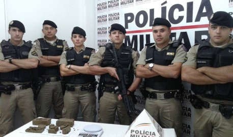 Militares do Tático Móvel que fizeram a apreensão de drogas