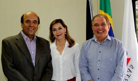 Dep. Dâmina, acompanhada do seu esposo e ex-prefeito Carlos Alberto Pereira e o reitor da Ufla, Prof. Scolforo.