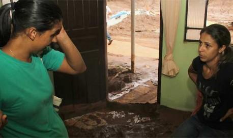 Sônia e Lucélia Santos sonhavam ainda recuperar algum móvel e acabaram se emocionando diante do cenário de destruição que encontraram no povoado (foto: Ramon Lisboa/EM/D.A Press)