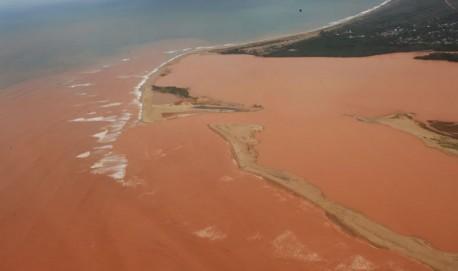 Lama atingiu a foz do Rio Doce no último fim de semana e tem se espalhado pelo mar Foto: Fred Loureiro/Secom-ES