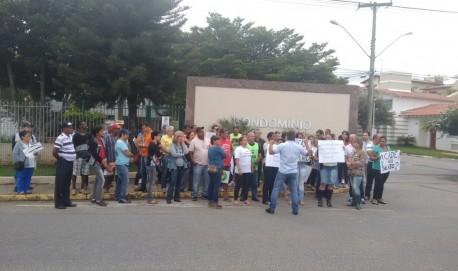 Manifestantes em frente ao condomínio onde reside o prefeito de Lavras