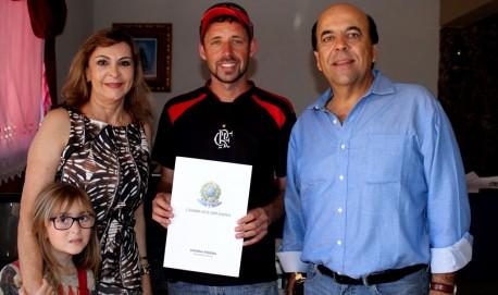 Dep. Dâmina, acompanhada de sua neta e do seu esposo, o empresário Carlos Alberto Pereira  fizeram a doação na casa da Eterna Misericórdia (Foto: divulgação)