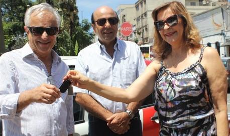 Dep. Dâmina acompanhada de seu esposo o empresário Carlos Alberto Pereira, entrega as chaves dos veículos ao Prefeito de Lavras, Silas Costa Pereira
