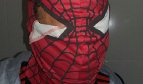 Aproveitando do clima de carnaval, Ladrão usou máscara para assaltar padaria (Foto: O Tempo)