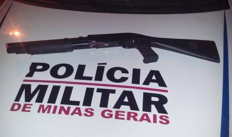 Réplica de escopeta apreendida junto com os menores (Foto: PM Divulgação)