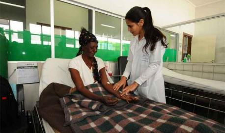 Paciente internada provisoriamente no pronto atendimento em Pará de Minas, à espera de uma vaga no hospital da cidade (foto: Euler Júnior/EM/D.A PRESS)