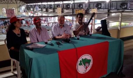 oão Pedro Stédile falou com a imprensa ao lado do violeiro Pereira da Viola e do coordenador do MST em Minas Gerais, Enio BohmenbergerLéo Rodrigues/Agência Brasil
