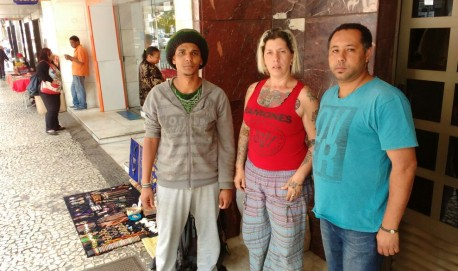 Hippies em torno da Praça Dr. Augusto Silva apostam em acordo para solucionar problema.