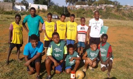 Ronaldo Souza e os alunos de seus projeto no bairro Novo Água Limpa, em Lavras.