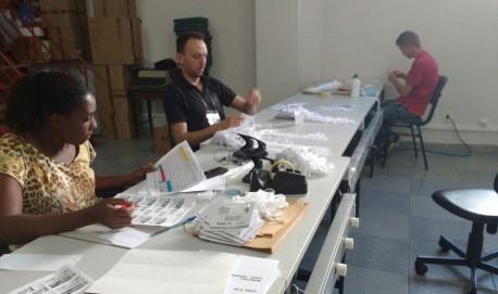 Funcionários trabalham no Cartório Eleitoral de Lavras: últimos preparativos para a  eleição.