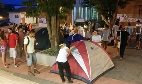 Universitários ocuparam campos da Ufla na noite dessa terça-feira, dia 24 (Foto Lavras.TV).