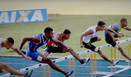 O segundo atleta, da direita para esquerda, é Vittor Mateus, 3º nos 110 com barreiras, apesar de ter corrido com os tornozelos inchados por lesão