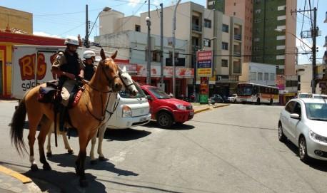 Policiais montados fazem patrulhamento no centro de Lavras.