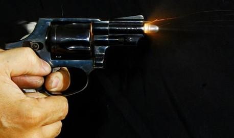SAO PAULO 10/10/05 - REFERENDO DO DESARMAMENTO -   CADERNO ESPECIAL SOBRE O DESARMAMENTO OE - Foto de uma bala saindo de um revolver calibre 38 de 5 tiros e cano de 2 polegadas. A imagem foi feita na Associação Tatuapé de Tiro (ATT) FOTO DIGITAL JONNE ROR