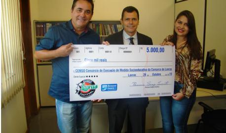Entrega da doação ao CEMSO Marinho Benassi (Produtor do Lavras Rodeo), Dr. Celio Marcelino da Silva (Juiz de Direito da Comarca de Lavras) e Mayara Ribeiro Costa (Advogada e Coordenadora do Programa CEMSO de Lavras)