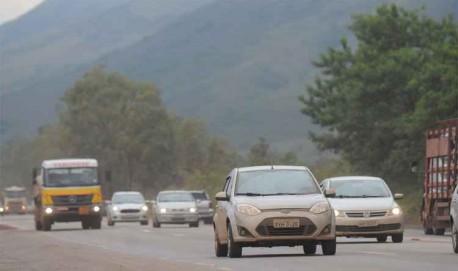 Automóvel trafega com farol desligado na BR-040: desde julho, infração custa perda de quatro pontos na carteira e multa de R$ 130,16 (foto: Leandro Couri/EM/DA Press).