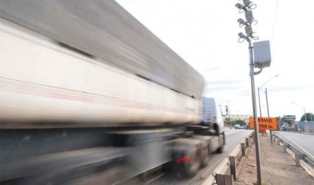 Radar na BR-381 que começou a multar em meados de 2015: para PRF, fiscalização eletrônica contribui para queda do número de acidentes e mortes nas rodovias federais de Minas (foto: Alexandre Guzanshe/EM/DA Press - 1/6/15)