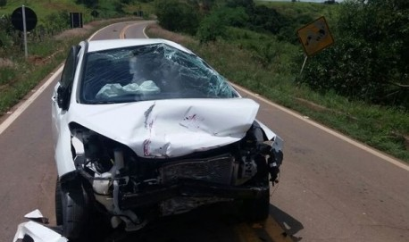 Acidente entre dois veículos deixa três pessoas feridas na BR-265, no Sul de Minas (Foto: Polícia Militar Rodoviária).