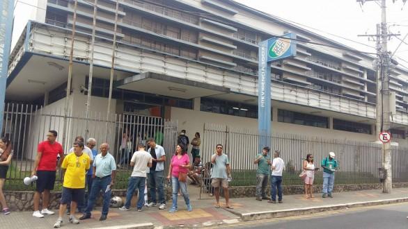 A concentração foi realizada na porta da agência da Previdência Social em Lavras
