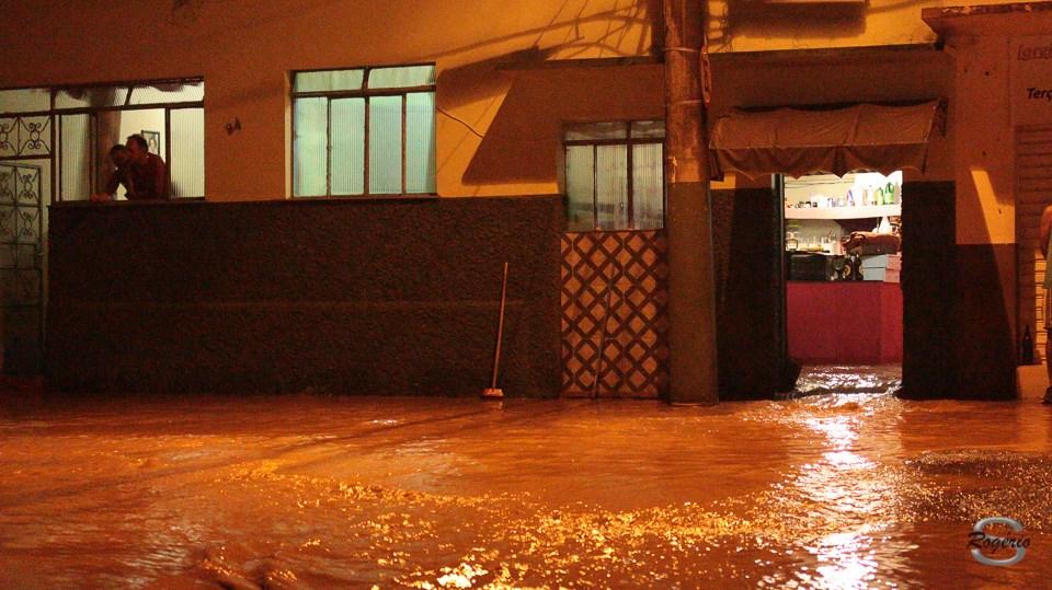 Fotos tiradas por Rogério Salgado na Rua dos Expedicionários onde mais uma vez a água invadiu casas e causou muitos prejuízos