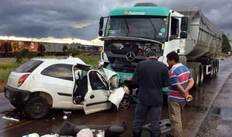 Num dos desastres no estado, carreta invadiu a contramão em Araguari e atingiu um carro: o motorista escapou, mas ficou gravemente ferido (foto: CBBM/DIVULGAÇÃO))