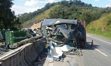 Carreta tomba na BR-381 e deixa trânsito complicado no Sul de Minas.