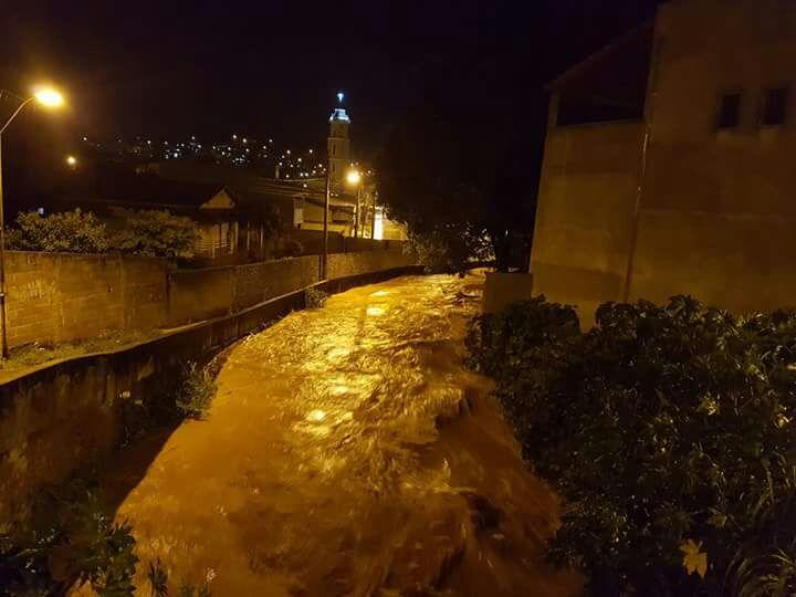 Ribeirões que cortam a cidade ficarão cheios e alguns transbordaram como este da  zona norte de Lavras. (foto: redes sociais)