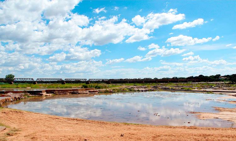 Redução do volume do Rio São Francisco compromete o abastecimento de cidades vizinhas e uso do Balneário das Duchas, ponto turístico de Pirapora