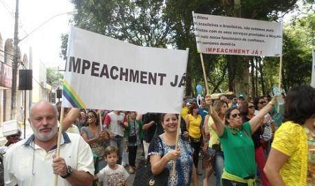 Manifestantes durante ato de protesto na Praça Dr. Augusto Silva