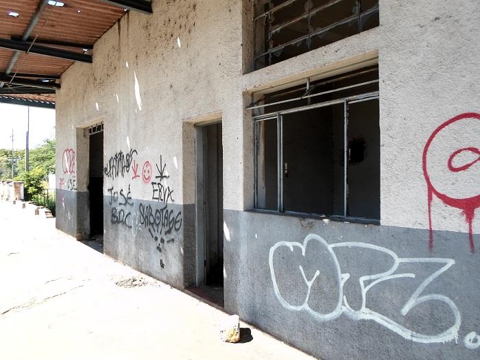 situação de abandono e decadência do prédios da antiga Rede Ferroviária Federal