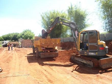 Máquinas trabalham no terreno onde a empresa será instalada, na BR 265.